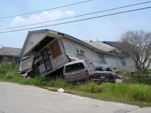 Autóra zuhant a ház