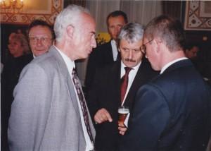Mikulas Dzurinda a háttérben