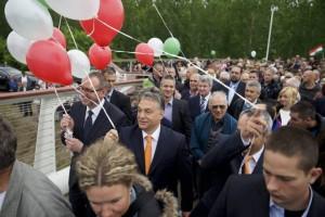 Orbán a bajai tömeg élén