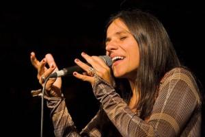 Palya Bea énekel