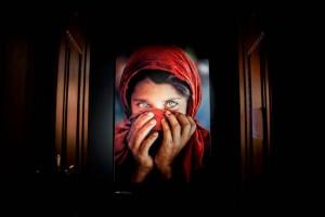 Vörös ruhás afgán lány