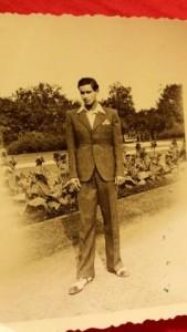 Az ifjú Szenes Iván az egykori Rezső téren
