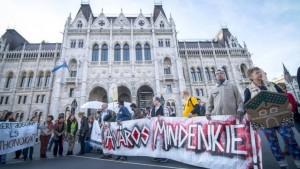 Tüntetők a Parlamentnél