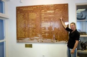 Vad Ninetta neve a márványtáblán