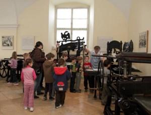 Gyerekek nyomtatnak a Kiscelli Múzeumban