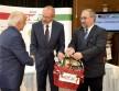 A házigazdák magyar termékeiből álló kosár átadása
