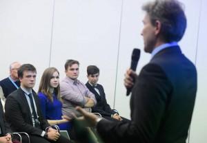 Jakab Rolandot hallgatják a fiatal kutatók