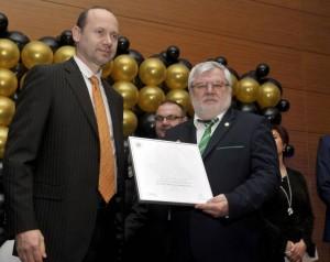 Dr. Rédei István átveszi az átvevői elismerést Pesei Tamástól, a Magyar Franchise Szövetség Felügyelő Bizottságának elnökétől