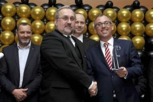 Wolfgang Wallisch, a Magyar Franchise Szövetség elnökségi tagja átadja a hálózati díjat Tóth Gézának