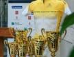 Sárga trikó a serlegekkel